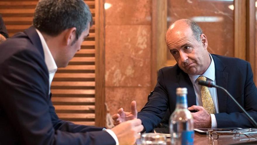 El presidente canario, Fernando Clavijo (i) y el consejero de Economía, Pedro Ortega (d), conversan momentos antes de una reunión del Consejo de Gobierno