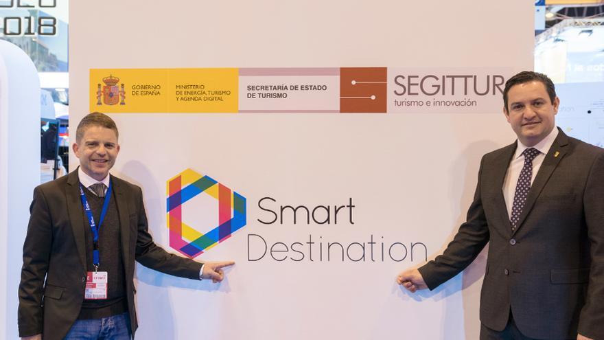 David Pérez, concejal de Turismo, y José Julián Mena (derecha), alcalde de Arona
