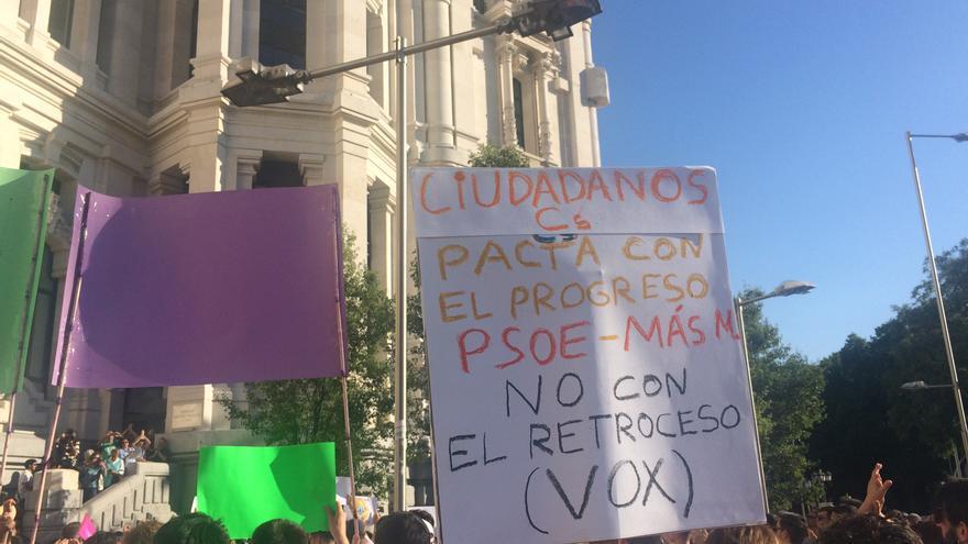 Una de las pancartas en la que se pide un gobierno progresista en el Ayuntamiento de Madrid