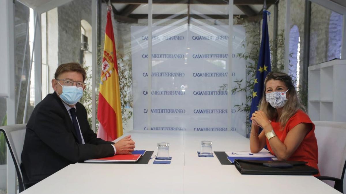 El president de la Generalitat valenciana, Ximo Puig, y la vicepresidenta segunda y ministra de Trabajo y Economía Social Yolanda Díaz, posan a la cámara durante una reunión en el Sede Casa Mediterráneo.