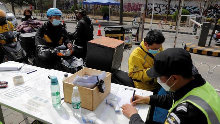 China registró el jueves 29 nuevos casos de coronavirus en personas que llegaron del exterior del país y dos nuevos contagios a nivel local, al tiempo que se contabilizaron cuatro fallecidos, todos en Wuhan.