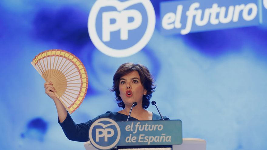 Soraya Sáenz de Santamaría muestra un abanico con la bandera de España durante su discurso como candidata a presidir el PP / Marta Jara