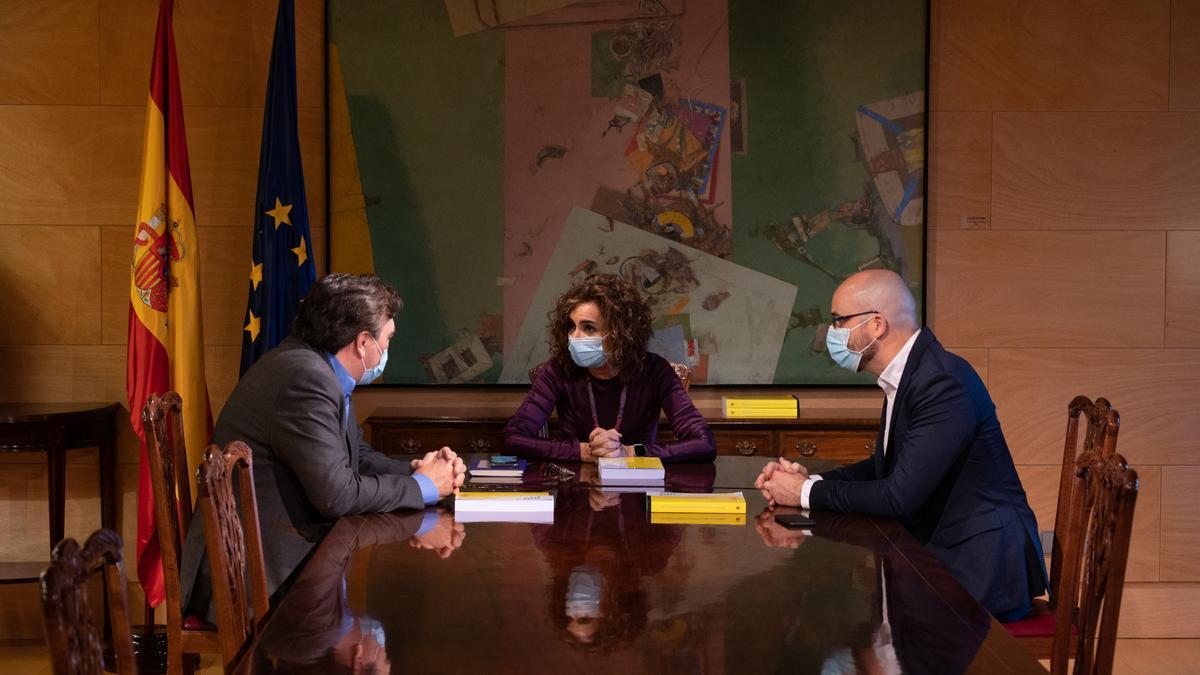 La ministra de Hacienda, María Jesús Montero, y el secretario de Estado de Derechos Sociales, Nacho Álvarez, durante una reunión con el diputado de Teruel Existe, Tomás Guitarte, de la negociación de los Presupuestos de 2021.