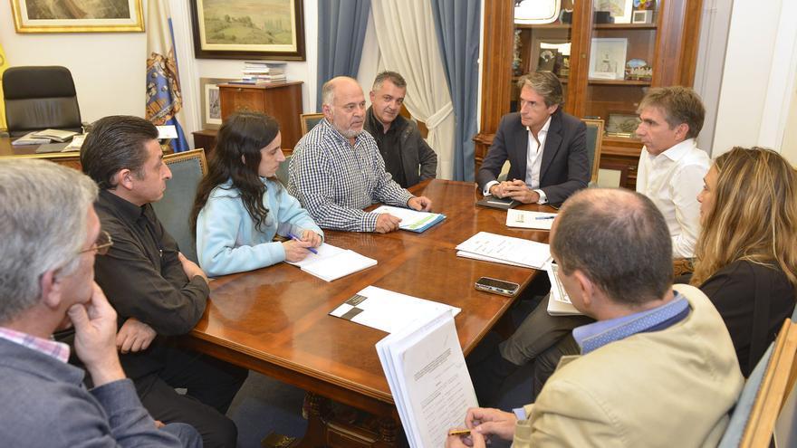Miembros de la PAH - STOP Desahucios se han reunido con el alcalde de Santander y el concejal de Obras.