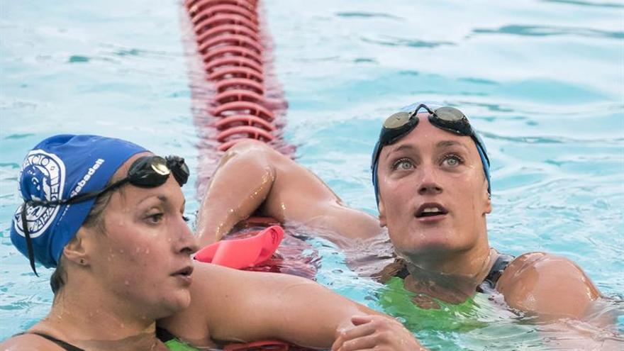 Mireia Belmonte (d) tras el 200 mariposa en el Campeonato de España de Las Palmas de Gran Canariaa