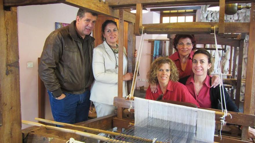 El concejal de Cultura y la alcaldesa posan junto a las artesanas de la seda.