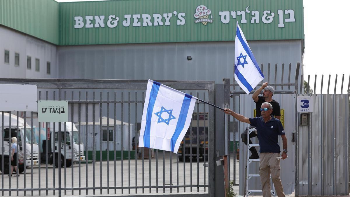 Israelíes protestan en las puertas de la empresa de helados estadounidense Ben and Jerry's en la fábrica principal de la empresa en Beer Tuvia, Israel.