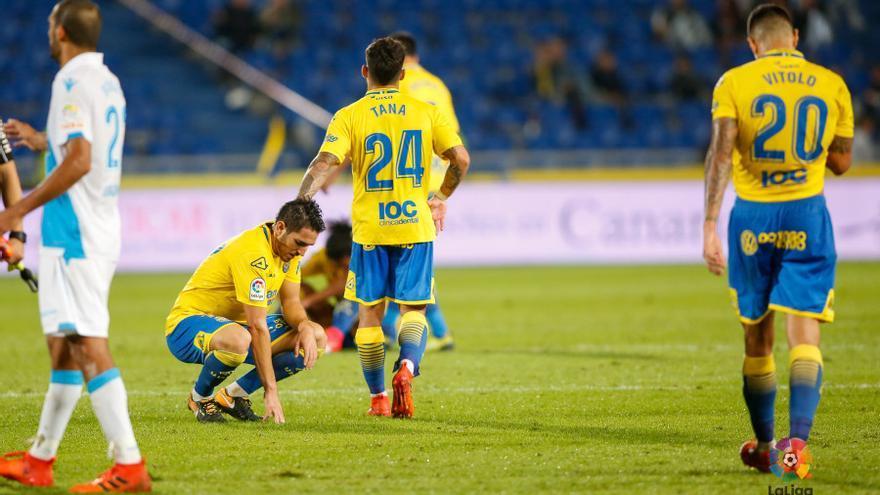 Los jugadores de Las Palmas tras perder frente al Deportivo de la Coruña.