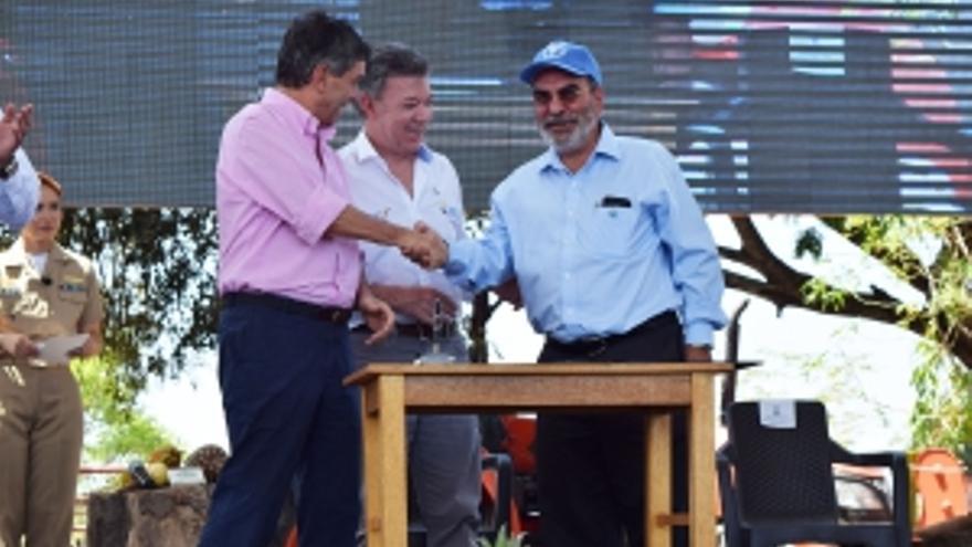 El Director General de la FAO con el Presidente Manuel Santos y el Ministro para el Posconflicto, Rafael Pardo, durante la firma del acuerdo en enero de este año.