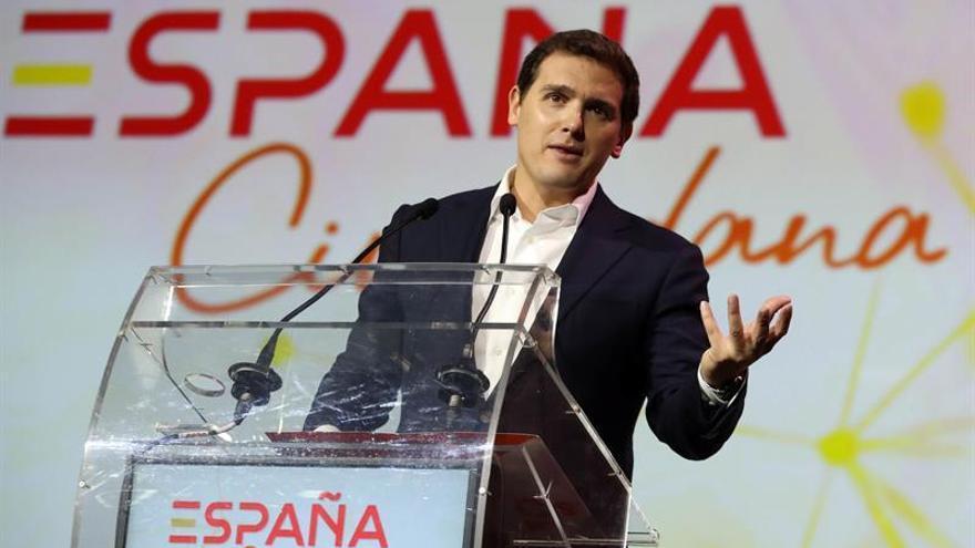 """Rivera pide a Rajoy que deje los """"tejemanejes"""" del BOE y extienda el 155"""