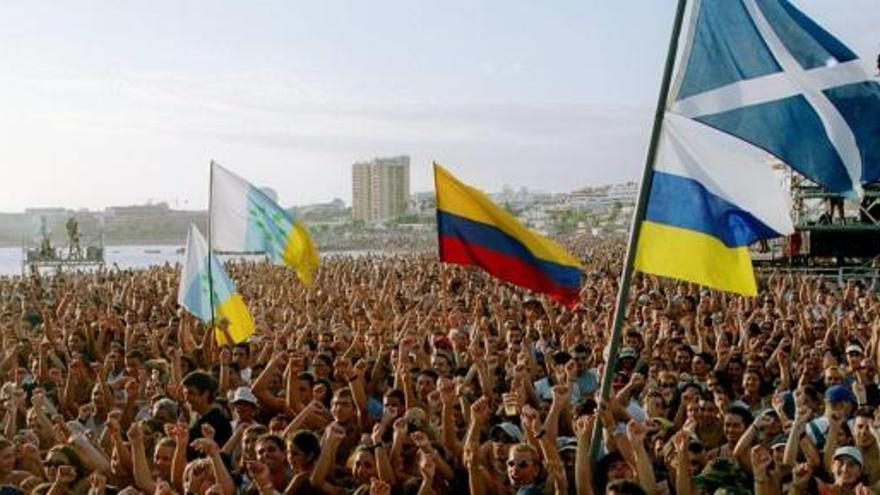 Miles de personas en el último festival Son Latinos, celebrado en la playa de Las Vistas, en Arona, en 2003. Efe