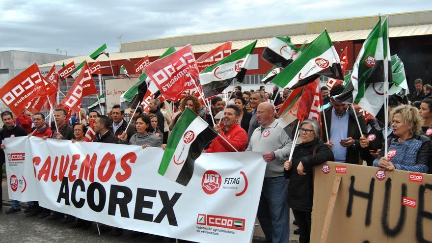 Protesta a las puertas de la sede de Acorex en Mérida / JCD