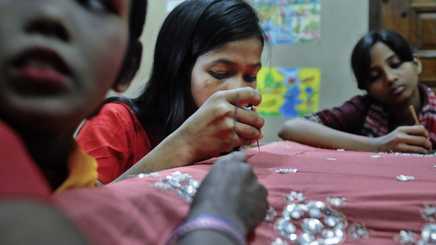 Clases de bordado y de costura en las 'Happy Homes' ayudan a que las chicas rescatadas de situaciones de vulnerabilidad adquieran conocimientos para poder sobrevivir por su cuenta. / Zigor Aldama.