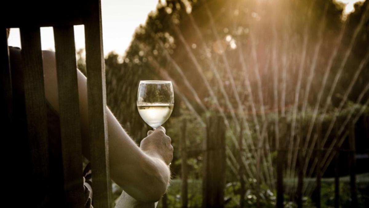 Una persona en la canícula tomando vino