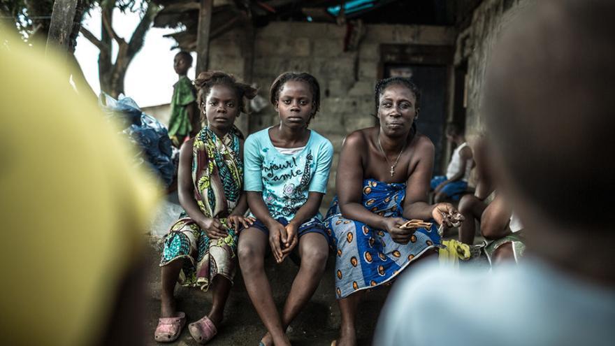 En los barrios marginales de Monrovia, la capital de Liberia, las personas vive amontonadas y sin acceso a agua limpia