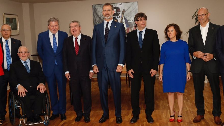 El rey, junto a Carles Puigdemont, Íñigo Méndez de Vigo, Soraya Sáenz de Santamaría y otros representantes presentes en el aniversario.