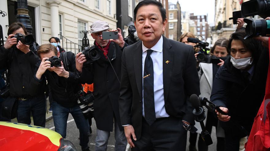 Deniegan la entrada al embajador birmano en Londres y pasa la noche en su coche