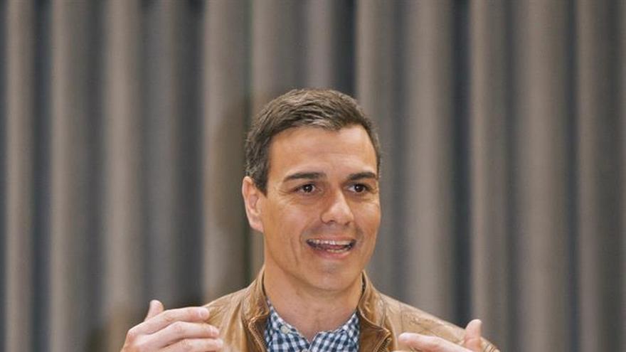 Sánchez incorpora a su equipo de campaña a un cargo de la Junta de Andalucía