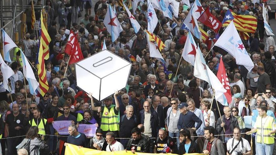 Más de 3.000 personas claman en Santiago por el derecho a decidir de Cataluña