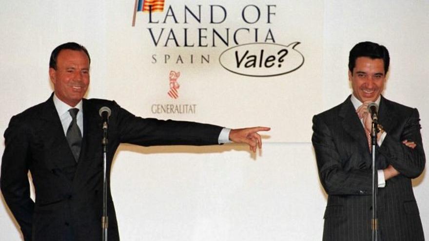 Julio Iglesias y Eduardo Zaplana, en la presentación de la campaña para promocionar la imagen de la Comunitat Valenciana en los años 90.
