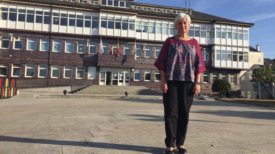 Elba Veleiro, alcaldesa de Vilalba (Lugo) por el PSdeG, delante del Ayuntamiento
