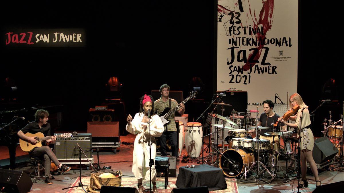 El quinteto de Alana Sinkëy en un momento de su concierto