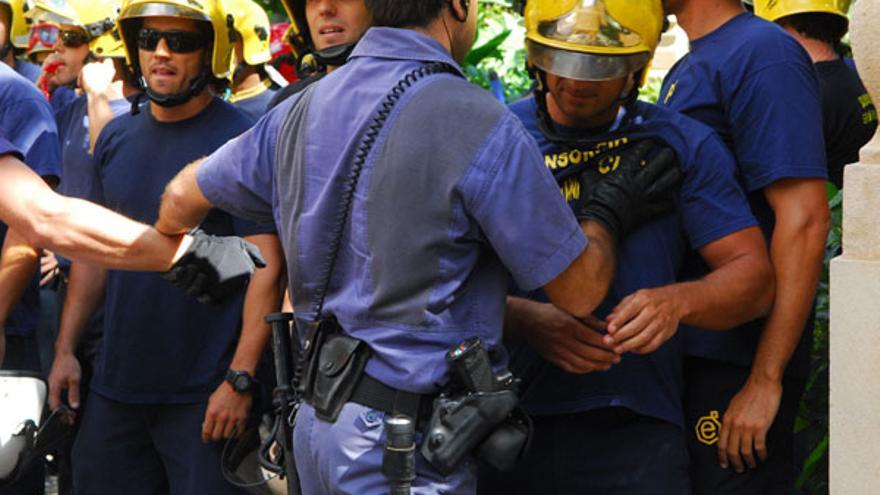Los bomberos se concentraron a las puertas del hotel Santa Catalina. (ACFI PRESS)
