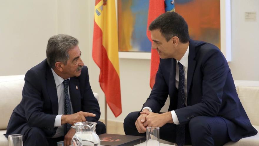 Sánchez se compromete con Revilla a acelerar la llegada del AVE y a pagar la deuda de Valdecilla
