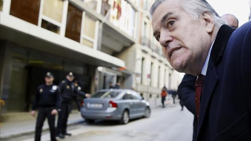 Luis Bárcenas acude a firmar a la Audiencia Nacional tras salir de prisión.