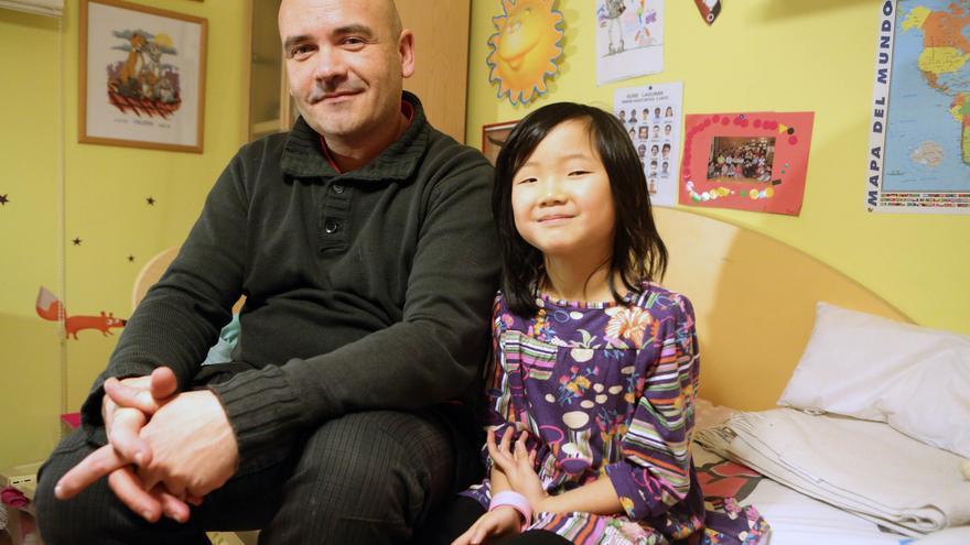 Adolfo García y su hija Yun, que llegó a España en 2007 con solo dos años.
