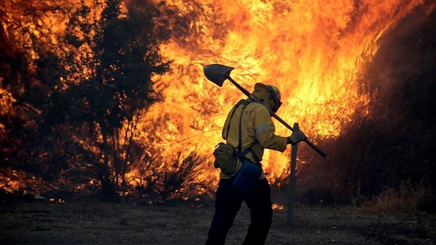 Un incendio descontrolado arrasa más de 2.000 hectáreas al norte de Los Ángeles