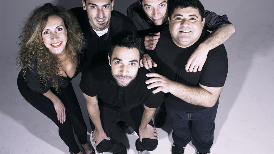 Ferran Gadea, a la derecha, y el resto de actores de Fumaos.