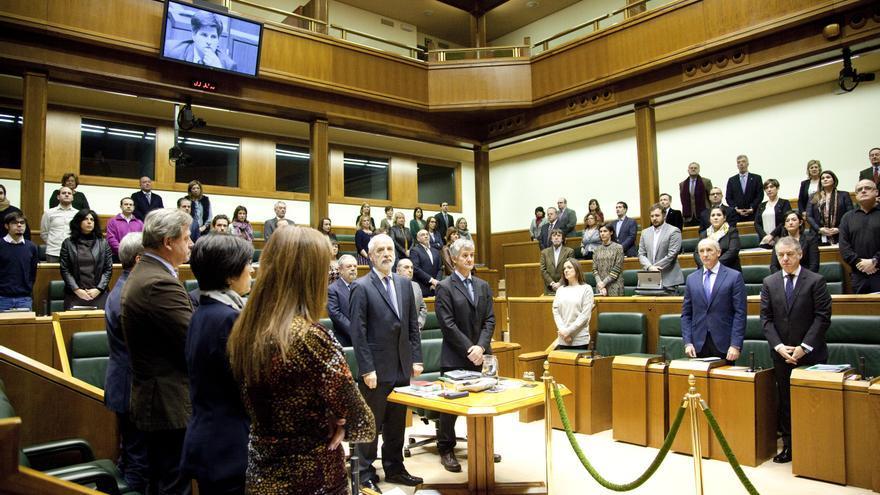 Todos los partidos, en pie, en el minuto de silencio en memoria de Gregorio Ordóñez, asesinado por ETA