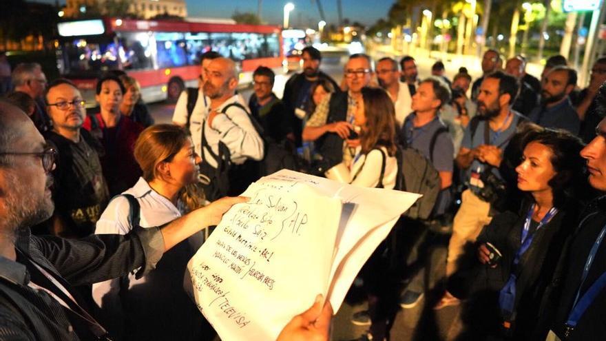 Un grupo de periodistas espera la llegada de la flotilla del Aquarius en el puerto de Valencia. Jorge Miguel Jaime