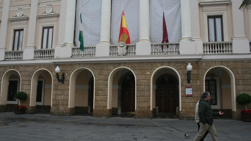 Las banderas del Ayuntamiento de Cádiz ondean a media asta en memoria de los policías asesinados en Kabul