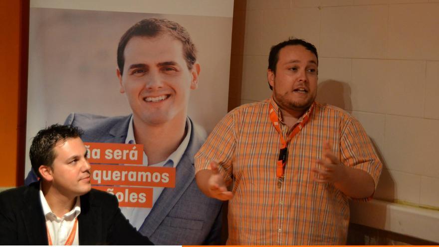 Rubén Gómez, de pie, durante un acto de Ciudadanos en Cantabria.