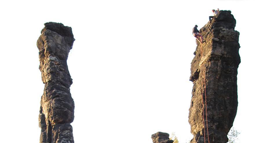 Nano en la R del Wegelagerer. Al fondo las Columnas de Hércules (Bielatal).
