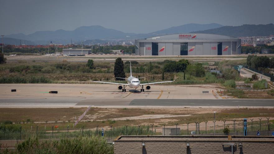 Archivo - Un avión en el aeropuerto de Josep Tarradellas Barcelona-El Prat, cerca del espacio protegido natural de La Ricarda, a 9 de junio de 2021, en El Prat de Llobregat, Barcelona, Cataluña (España). La Ricarda es un espacio protegido de 800 metros de