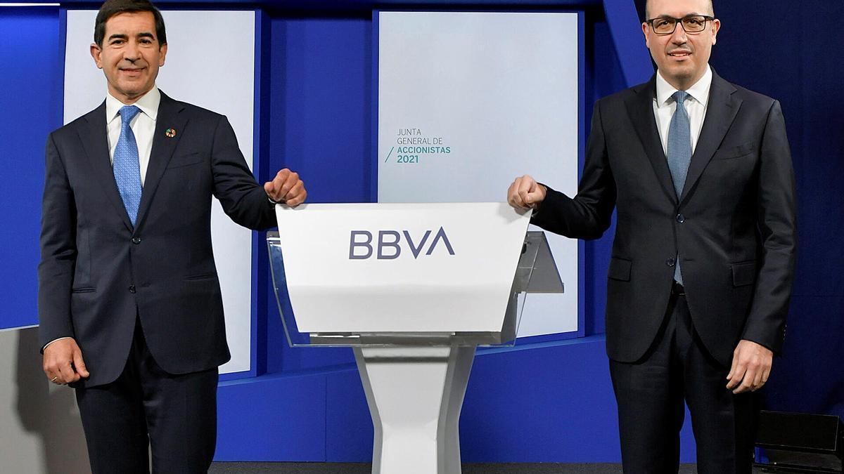 Carlos Torres Vila (i), presidente de BBVA, junto a Onur Genç, consejero delegado de BBVA, durante la Junta General de Accionistas 2021. EFE/ BBVA