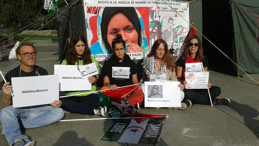Asociaciones cántabras han decidido solidalizarse con el caso de Takbar Haddi celebrando una huelga de hambre de 24 horas en la Plaza del Ayuntamiento de Santander.
