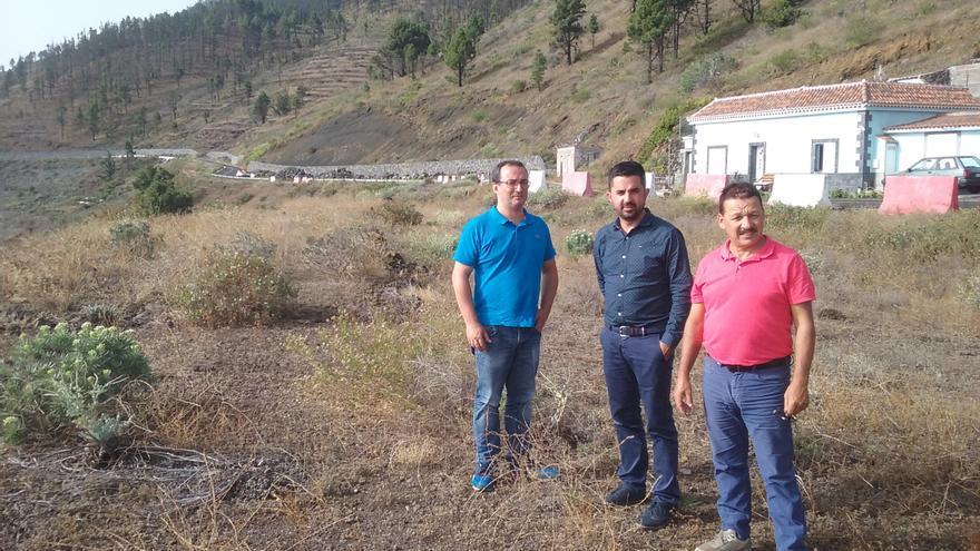 De izquierda a derecha: Víctor Gómez, concejal de CC en Fuencaliente; Onán Cruz, viceconsejero de Obras Públicas del Gobierno autónomo, y Gregorio Alonso Méndez, portavoz del grupo CC en el Ayuntamiento de Fuencaliente.