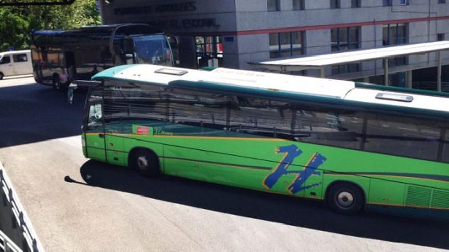 Un autobús saliendo de la estación de San Lorenzo de El Escorial.