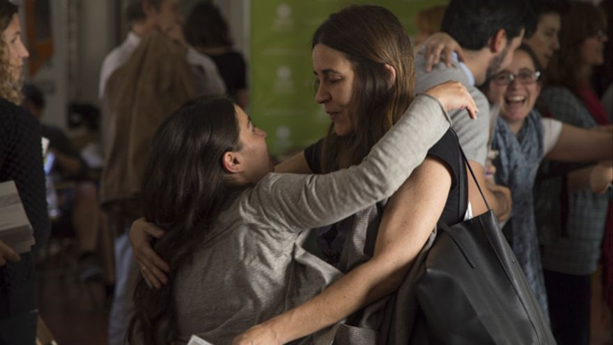 Dos activistas de diferentes organizaciones se saludan en el transcurso de un encuentro. Imagen de Daniel Larena / Oxfam Intermón.