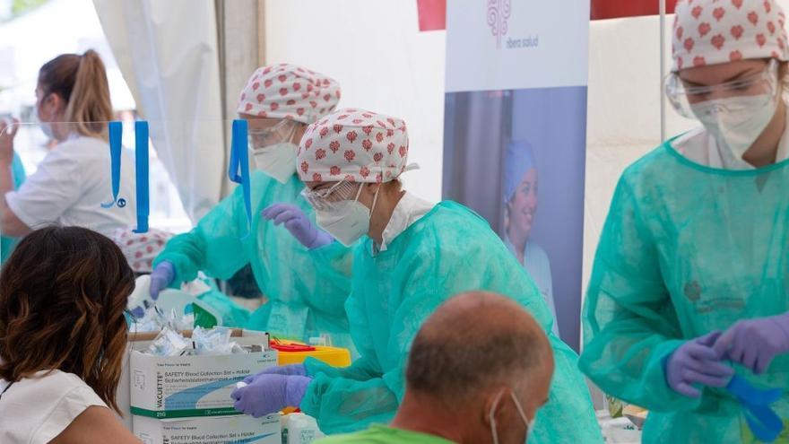 Empleadas de Ribera Salud en los hospitales financiados por la Generalitat Valenciana durante la toma de muestras.