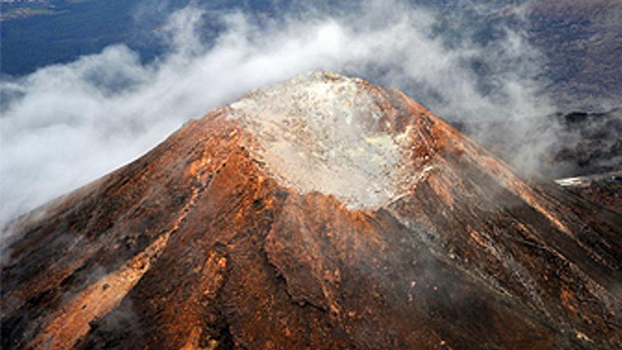 El crater del Teide, una excelente ventana para investigar a través de sus manifestaciones visibles (fumarolas) y difusas de gases volcánicos potenciales cambios de la actividad sismo-volcánica en la Isla de Tenerife. (INVOLCAN)