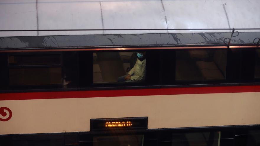 Un tren realiza su servicio en la estación de cercanías de Atocha-Renfe de Madrid. EFE/JuanJo Martín/Archivo