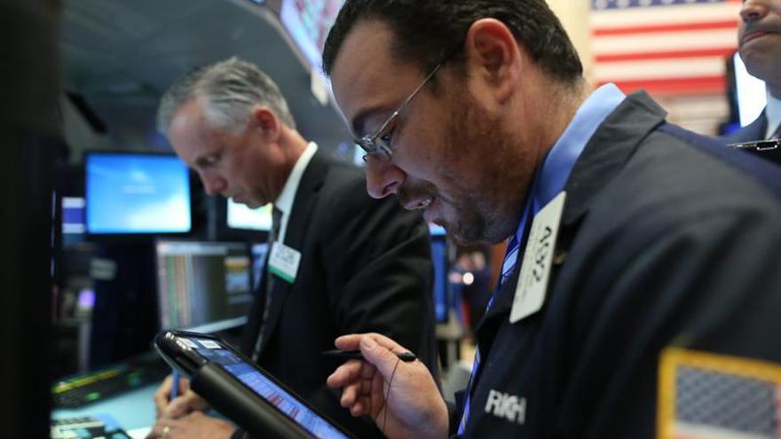 Wall Street en verde a la media sesión y el Dow Jones sube 0,38 %