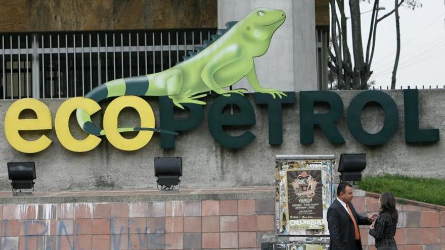 Vista del logo de la petrolera estatal colombiana Ecopetrol en la fachada de su edificio sede en Bogotá (Colombia).