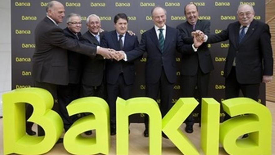Los presidentes de las cajas integrantes del SIP posan tras el logo de Bankia.
