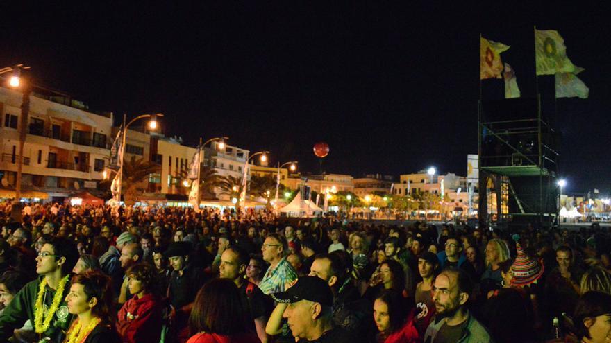 Público durante la actuación de L'Hijâz'Car durante el Womad Fuerteventura 2014 | Iago Otero Paz